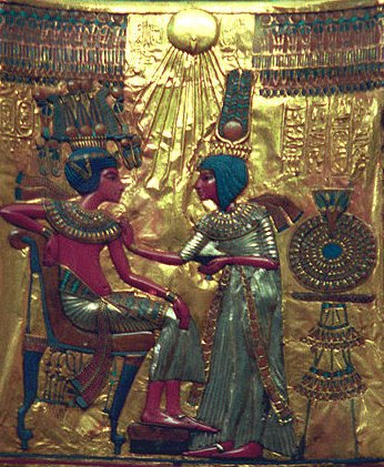 Escena íntima entre Tutankhamon y An, muestra de la pervivencia de algunos rasgos del estilo de Amarna