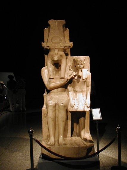 Amenhotep III junto al dios Sobek