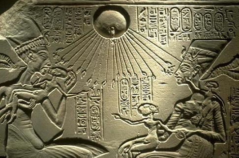 Relieve de la Familia Real de Akhenaton bañados por los rayos solares de Atón