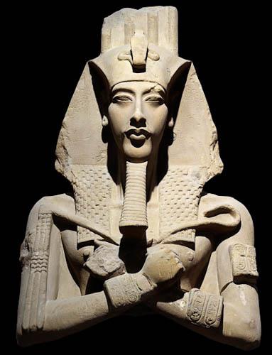 Una de las estatuas preamárnicas de Amenhotep IV, con el estilo tradicional egipcio
