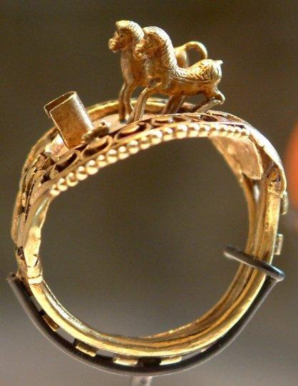 Anillo de oro de Ramsés II, con un carro de combate detalladamente presentado (fuente Wikipedia)