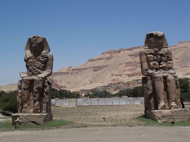 Colosos de Memnón, representando a Amenhotep III, el faraón tomado para las construcciones de Ramsés II