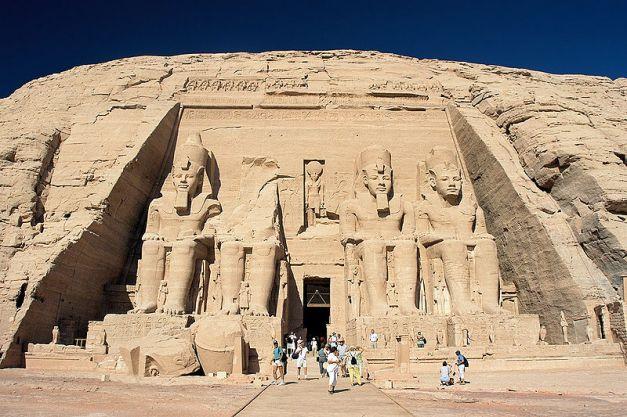 Fachada del gran templo de Abu Simbel, las más famosas construcciones de Ramsés II