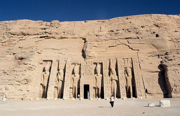 Fachada del templo de Nefertari en Abu Simbel, una de las construcciones de Ramsés II