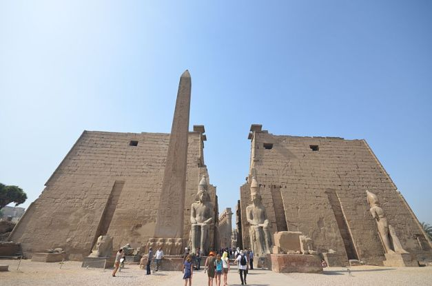 Pilonos, obelisco y estatuas sedentes de Ramsés II en el templo de Luxor