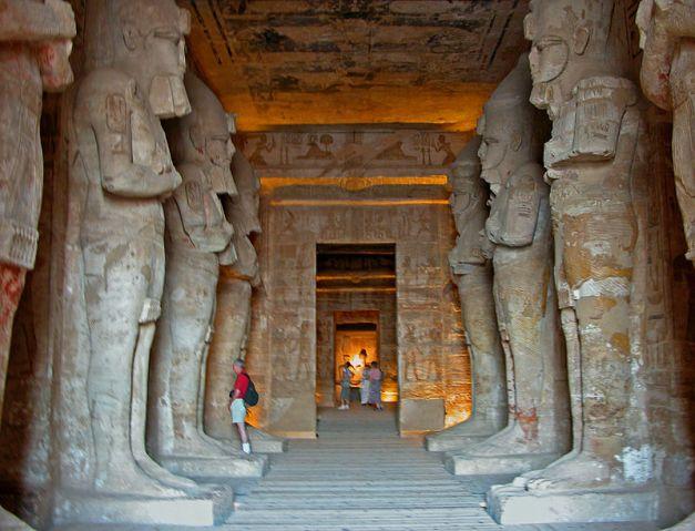 Sala hipóstila del gran templo de Abu Simbel, una de las construcciones de Ramsés II