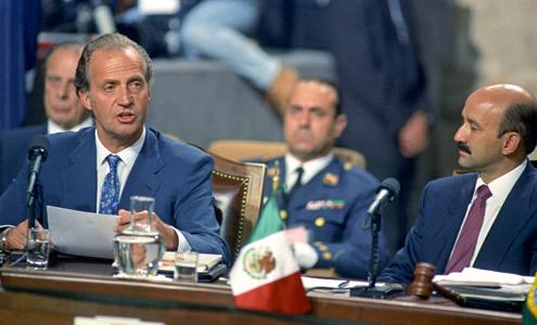 Foto del rey don Juan Carlos durante su discurso en la I Cumbre Iberoamericana de jefes de Estado y de Gobierno (1991)