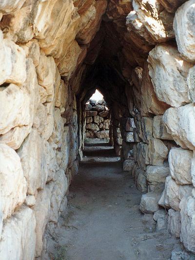 Una de las galerías interiores de la muralla de Tirinto
