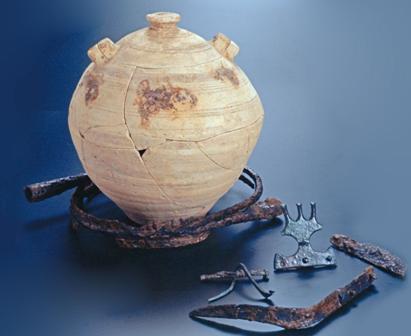 Urna y ajuar extraído de la necrópolis de Mianes. Museu de les Terres de l'Ebre