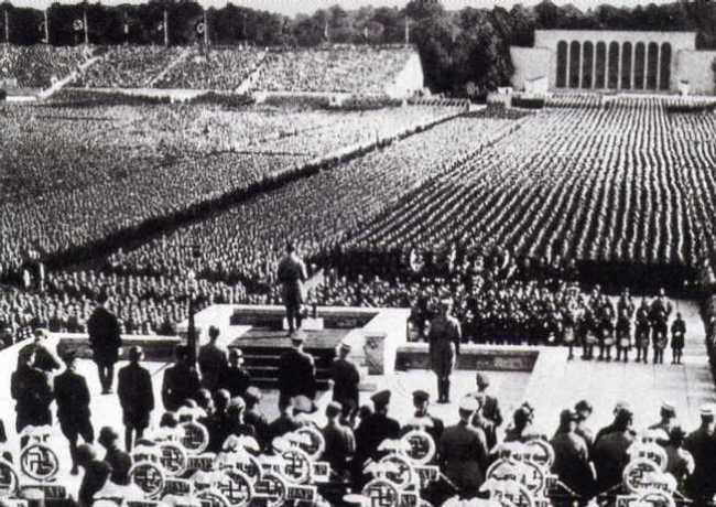 Hitler en uno de sus discursos públicos más multitudinarios