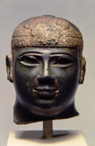 Busto conservado de Piy con la corona-gorro nubia típica (Fuente: Quatr)