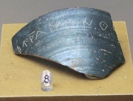 Fragmento de cerámica campaniense con grafitos iberos. Museo de Zaragoza