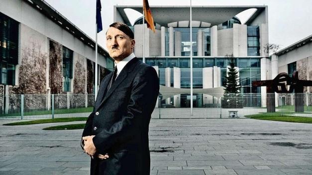 """El actor Oliver Masucci caracterizado como Adolf Hitler en la película """"Ha vuelto"""""""