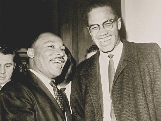 Fotografía histórica de Malcom X junto a Martin Luther King