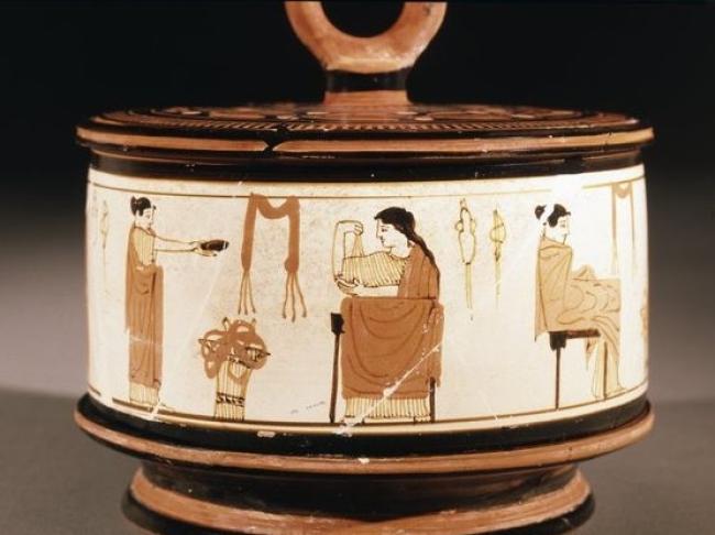 Caja de cosméticos en la que se muestra las actividades cotidianas de la mujer en la antigua Grecia