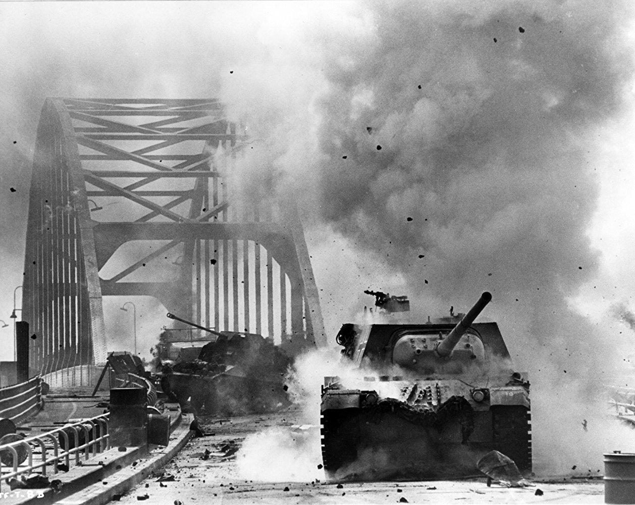 """Fotograma de la película """"Un puente lejano"""""""