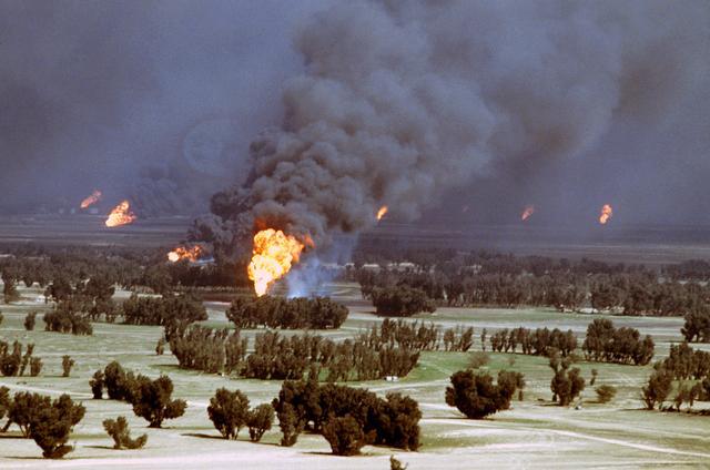 Quema de los pozos petrolíferos de Kuwait por parte de las tropas iraquíes al retirarse de la guerra del golfo