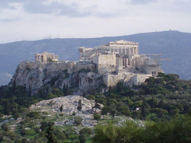 Vista conjunta del actual estado del Areópago y la Acrópolis de Atenas